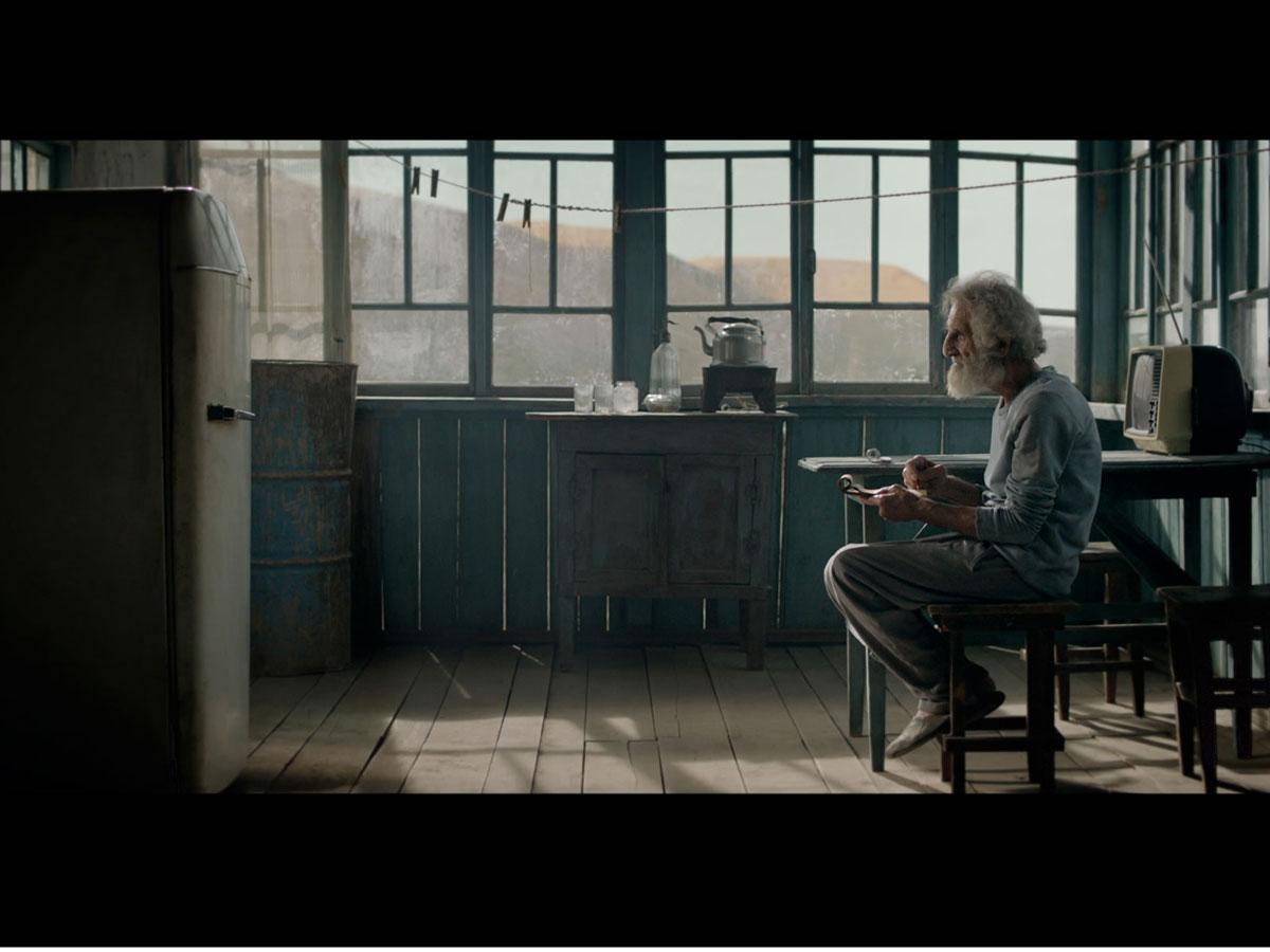 Он не был одинок - в коридоре шумел старый холодильник... (ФОТО)